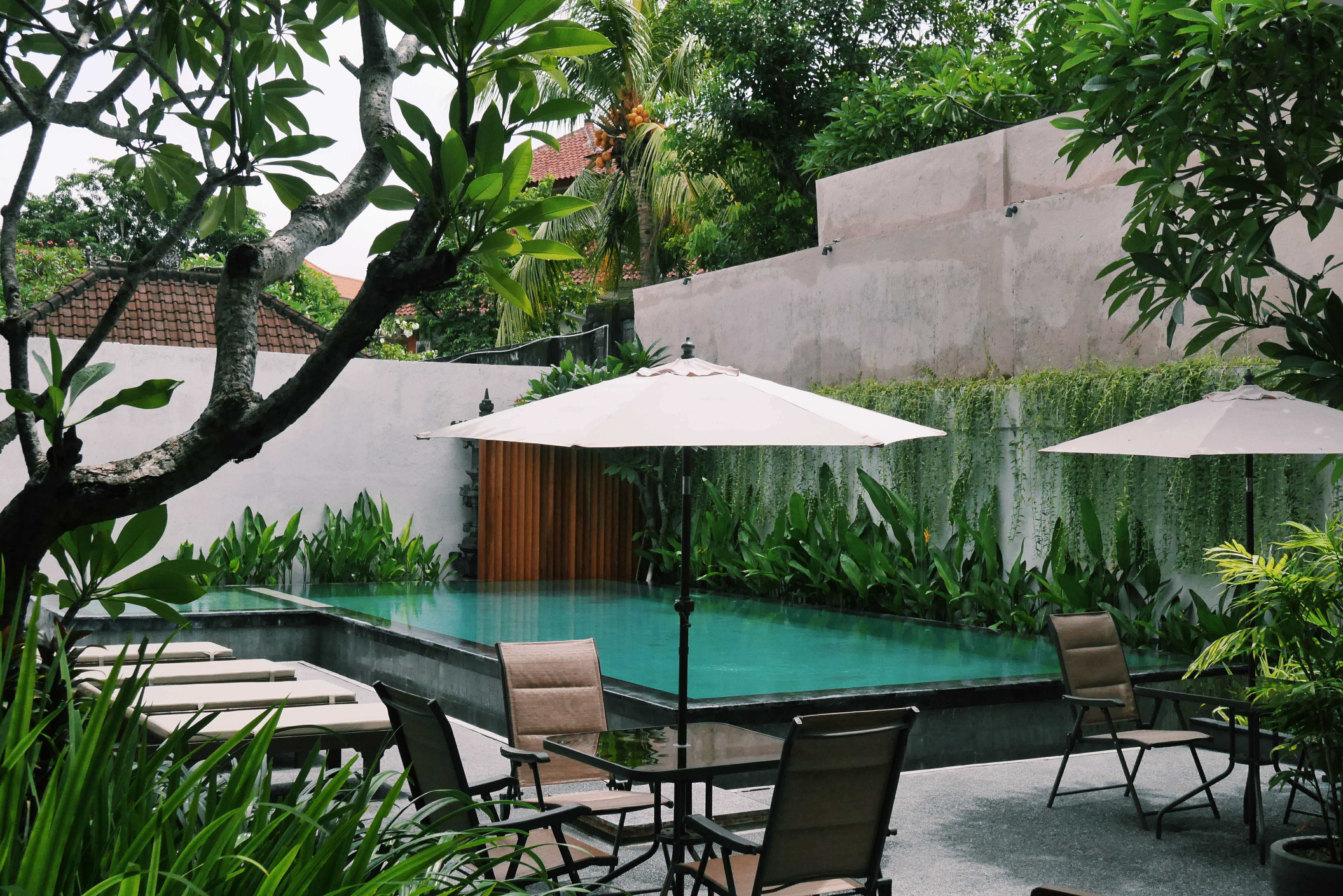 Resto dengan View Kolam Renang