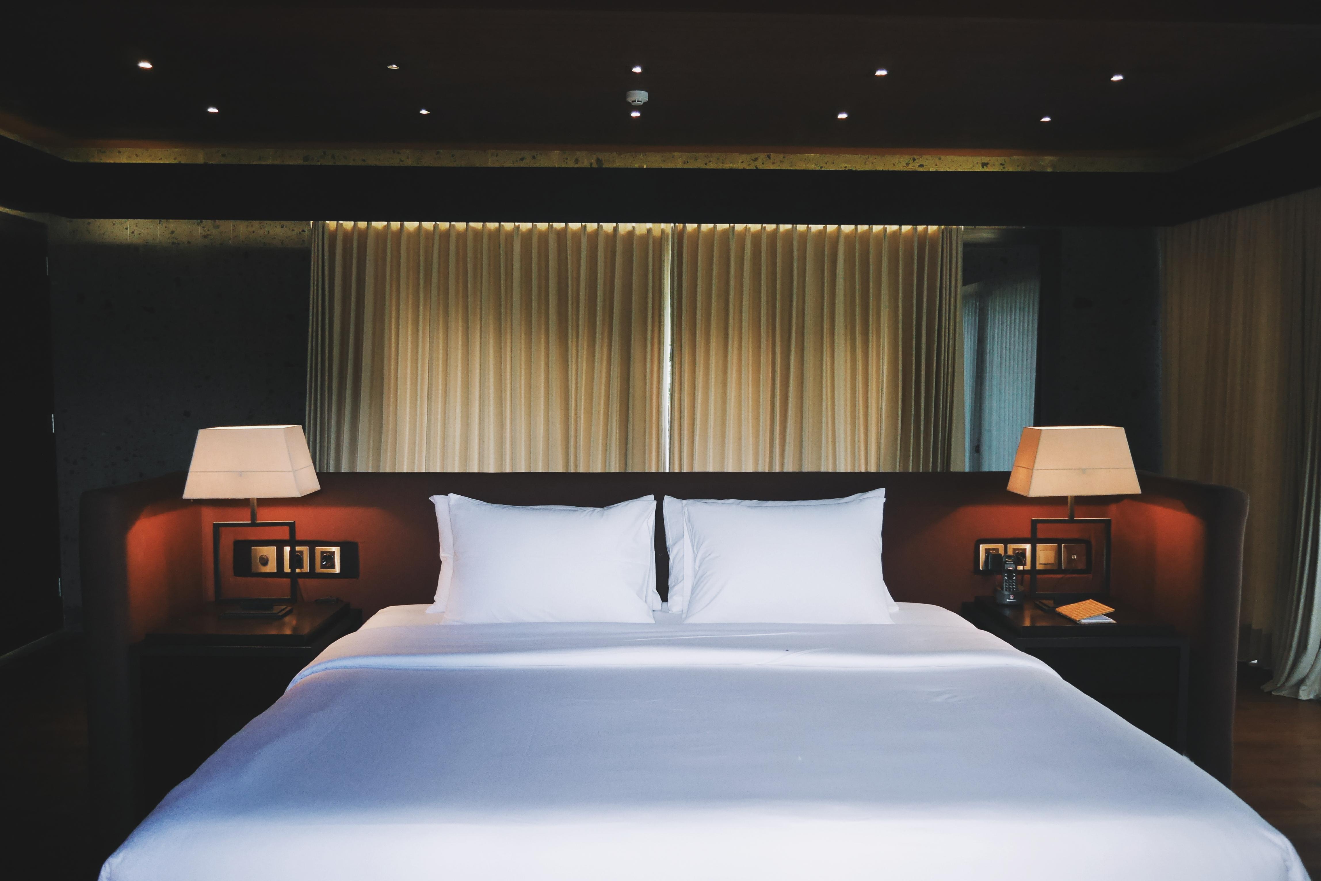 Tempat Tidur tanpa sekat di belakang nya