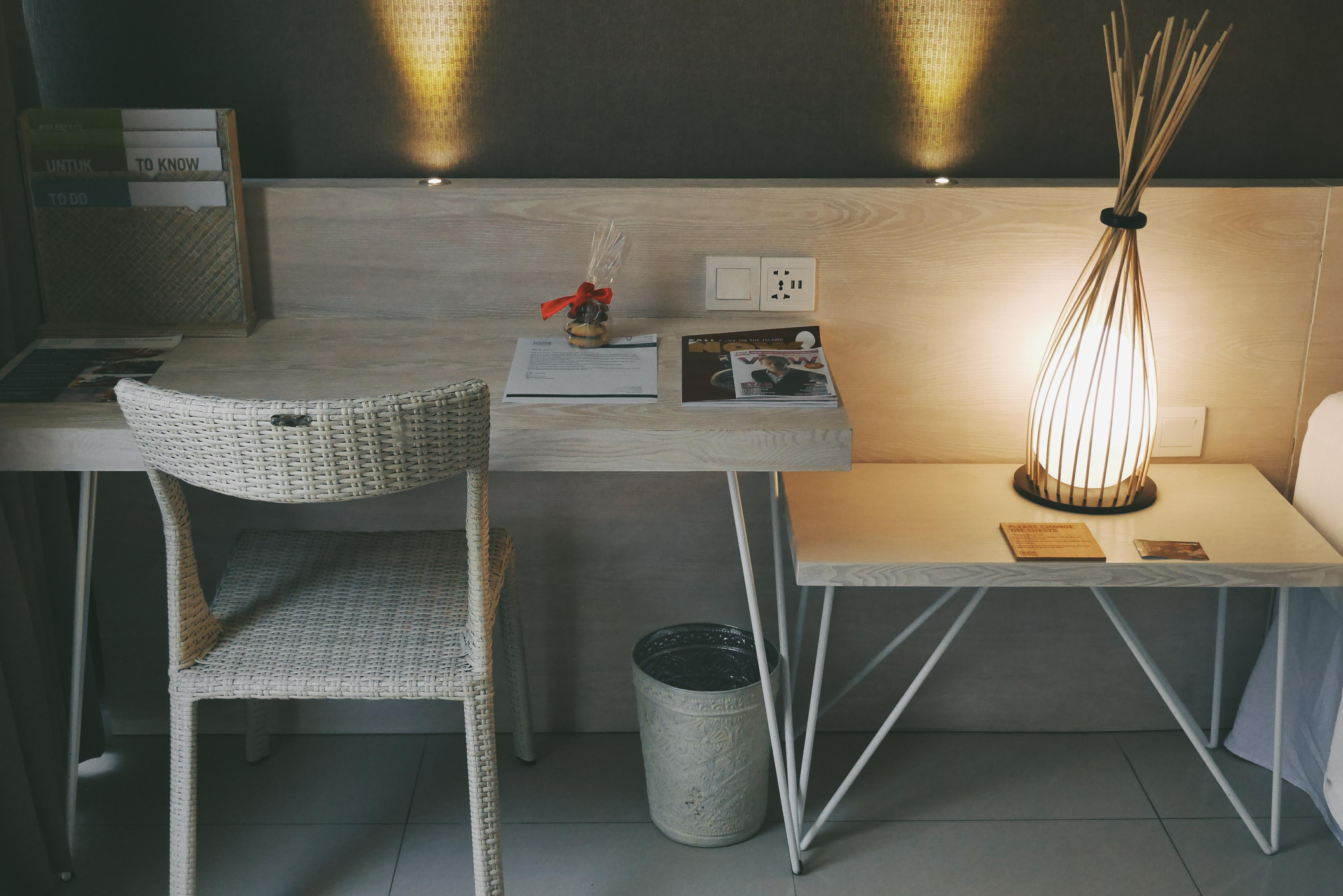 Meja yang bisa digunakan untuk bekerja
