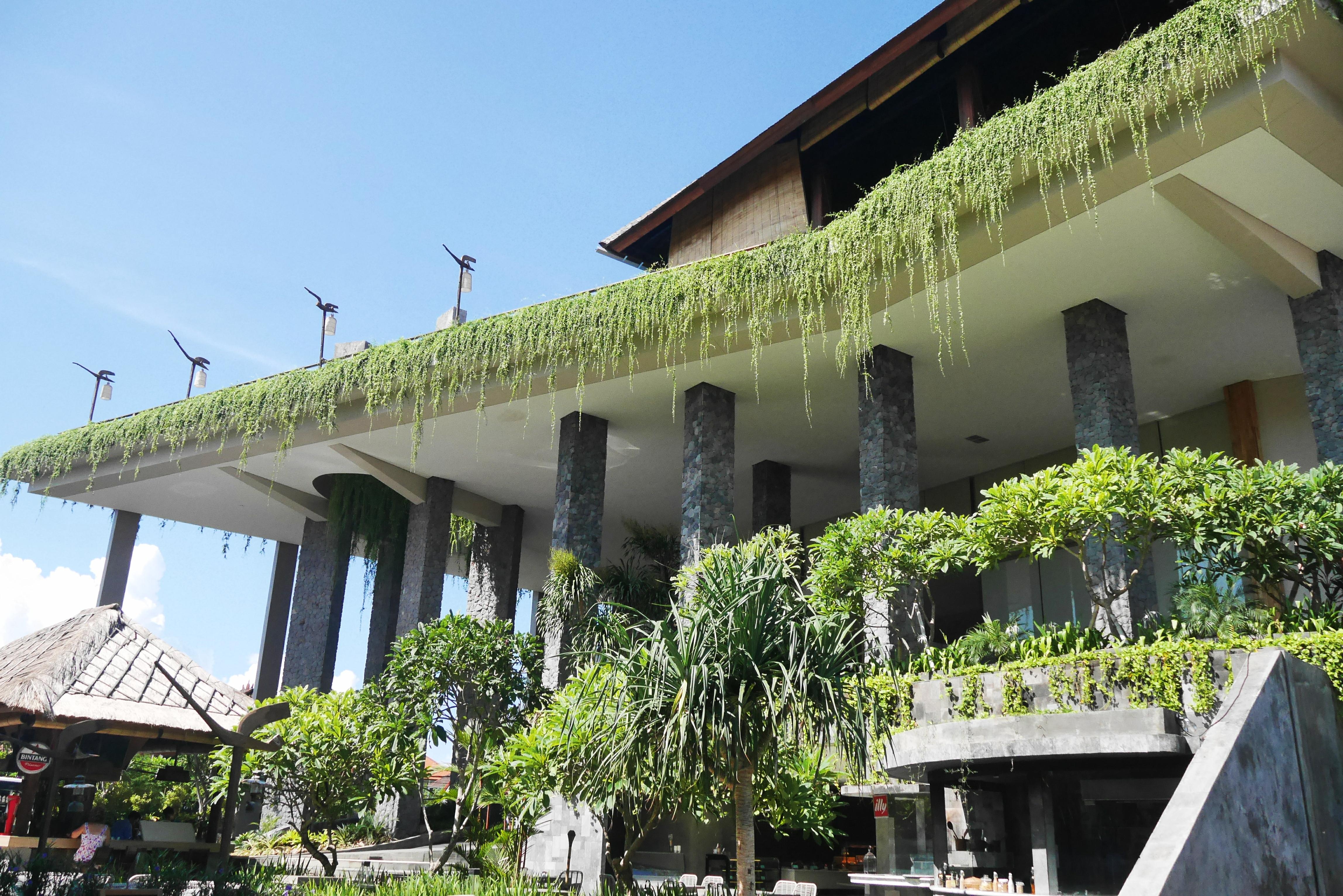 Tampak Depan Bangunan Hotel dengan pilar kokoh