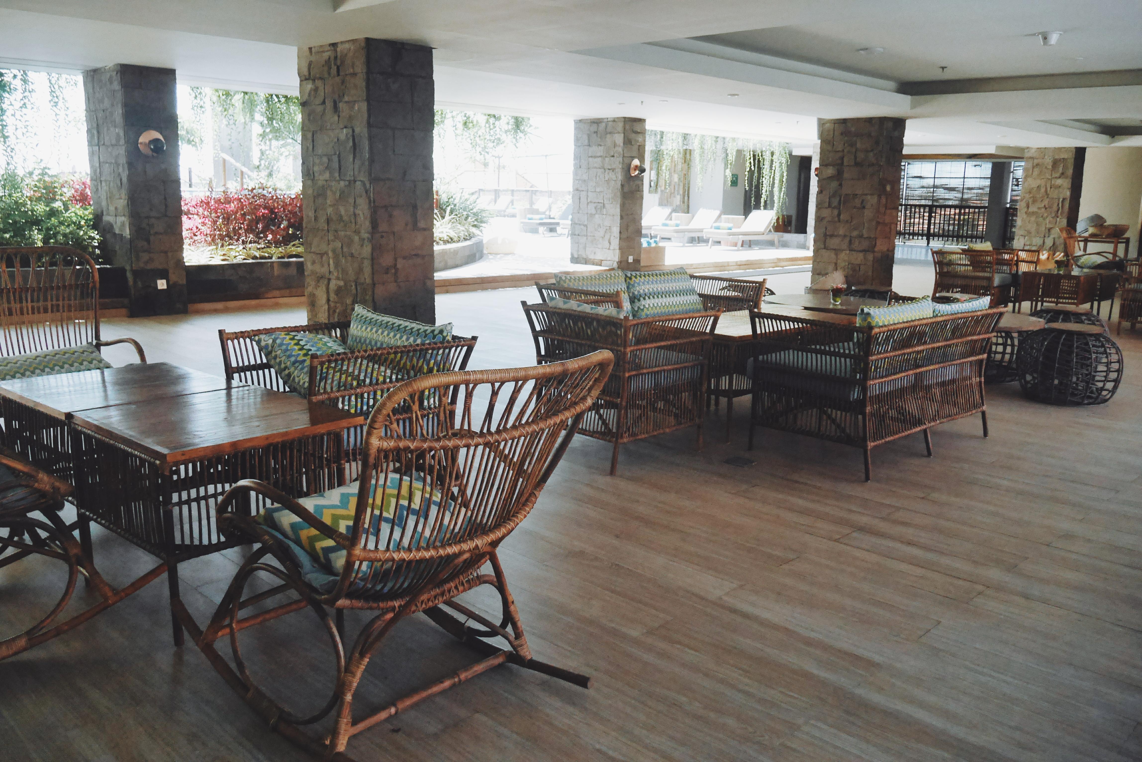 Meja Kursi di ruang semi terbuka dari Rooftop Pool
