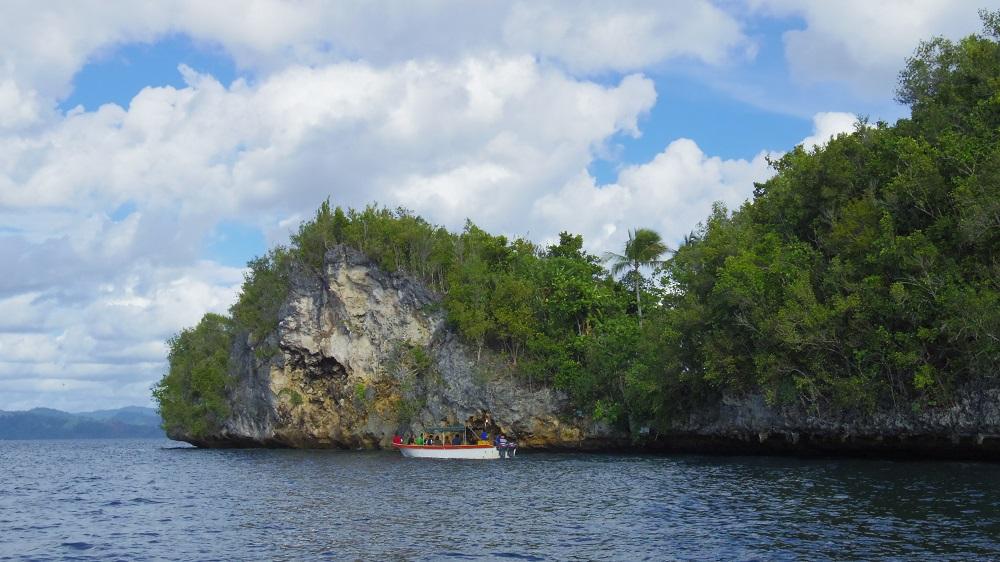 Snorkeling sepanjang pinggiran tebing