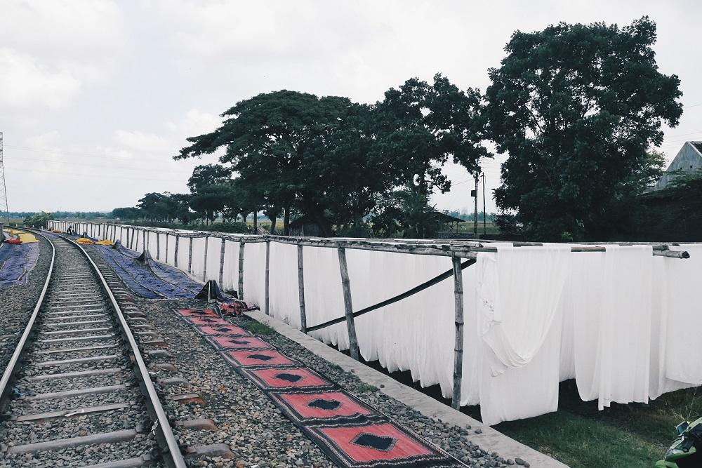 Kain Batik dan Rel Kereta Api