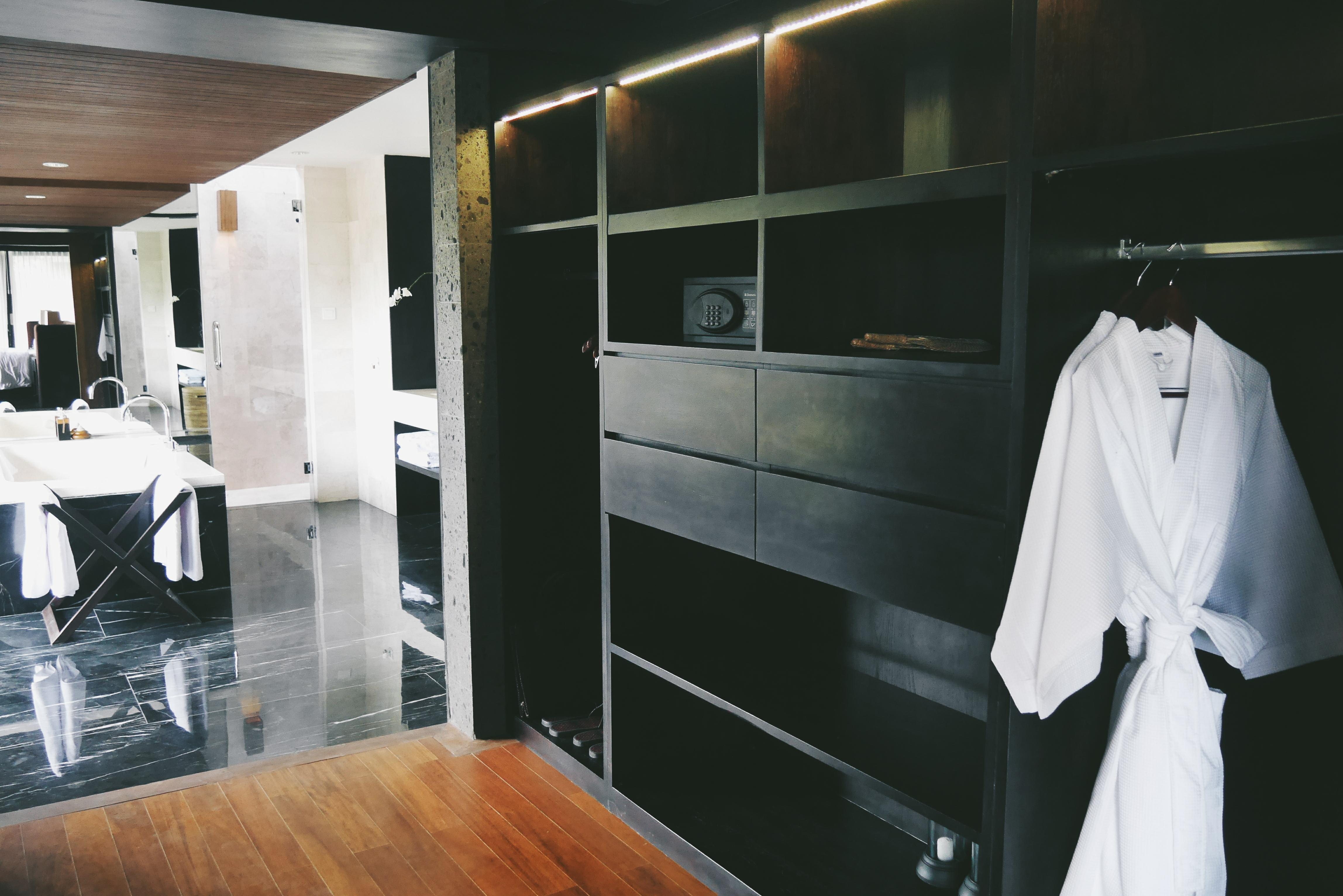 Tempat penyimpanan koper dan pakaian