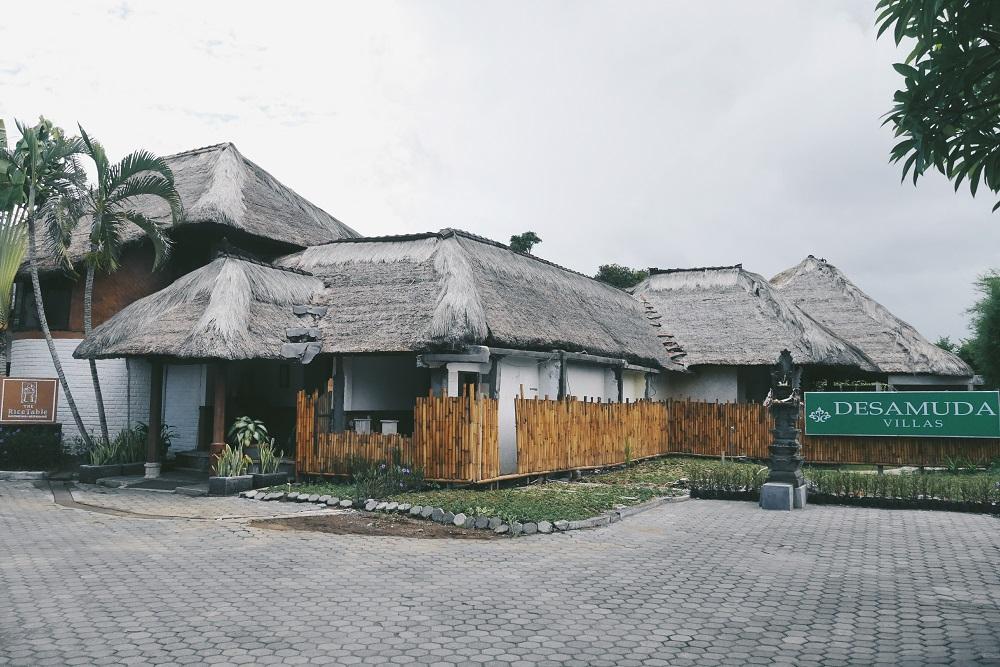 Halaman Parkir yang luas di depan bangunan villa