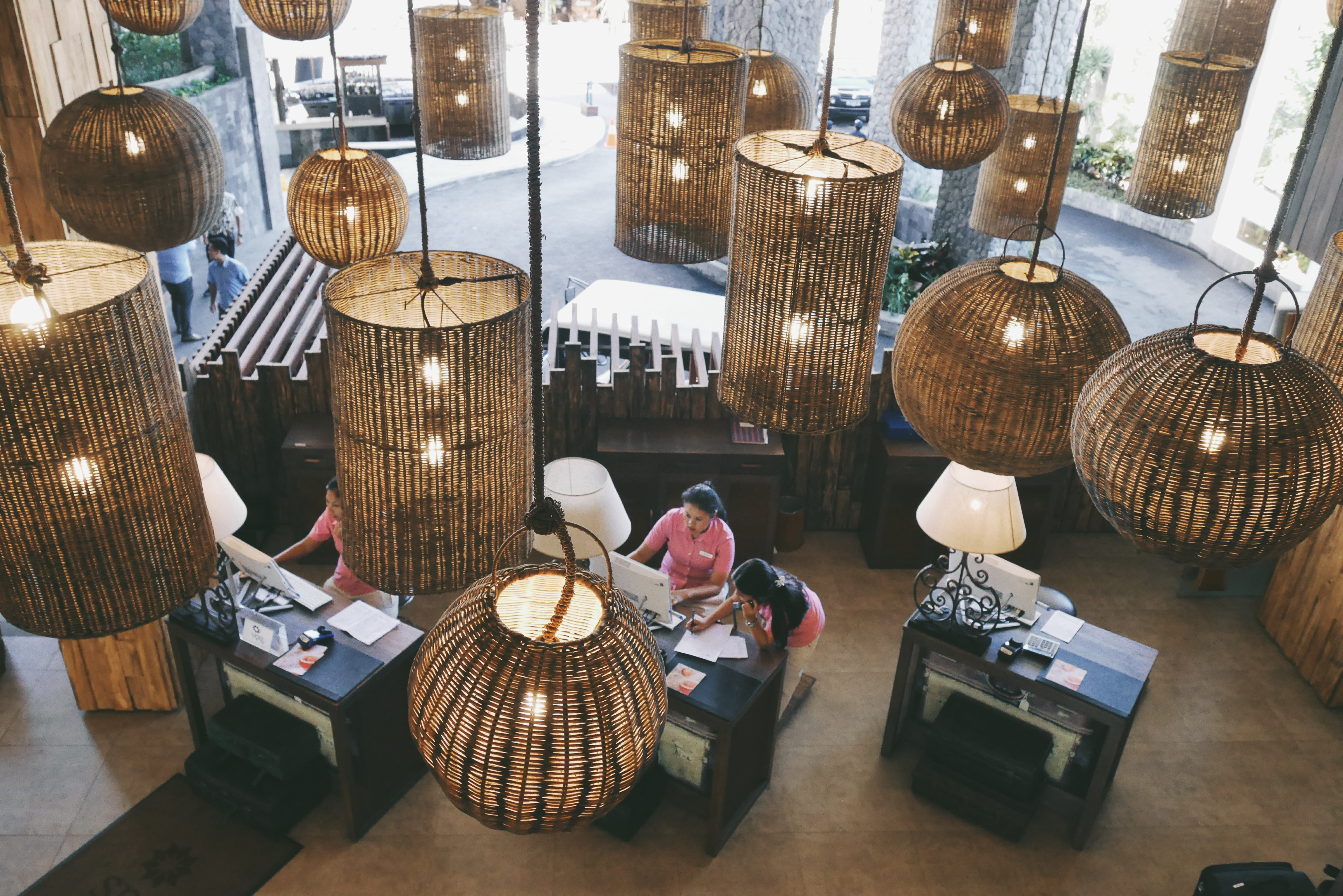 Meja Receptionis dengan Ornamen Lampu Etnik