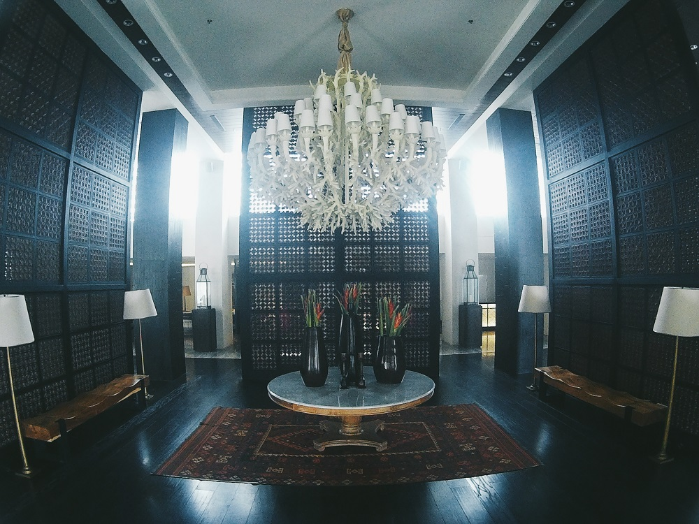 Ruang Tengah dengan Design Lampu yang Elegant