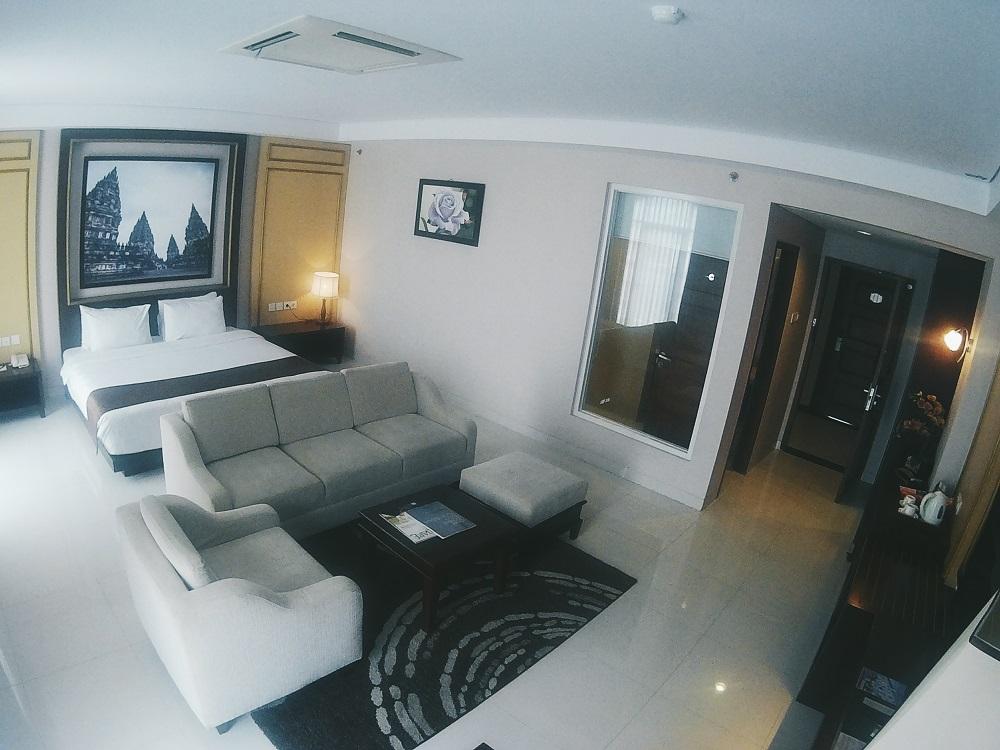 Ukuran Kamar Luas dengan Sofa Tamu