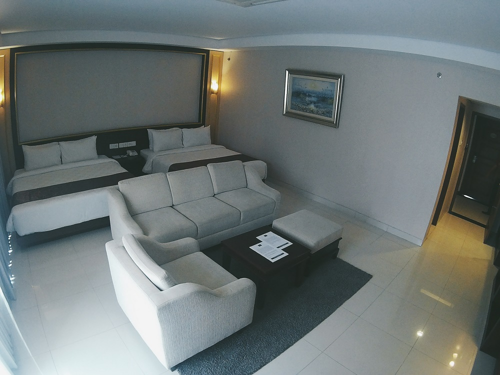Kamar dengan Dua Ranjang Dan Sofa Tamu